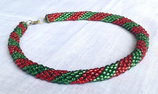 Colier tubular cu margele verde rosu